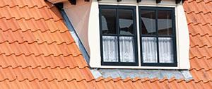 dakkapel op huis met rode dakpannen